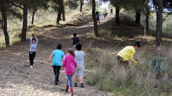 Los ninos y ninas buscan un lugar y materiales... - Les enfants cherchent un lieu et des matériaux...