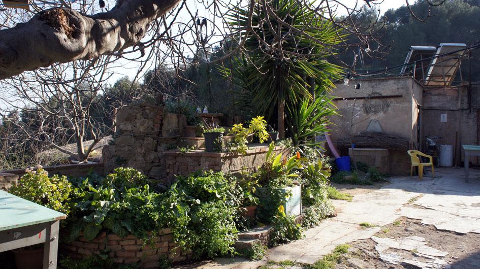 el patio de la entrada de la vivienda - la cour d'entrée de la communauté