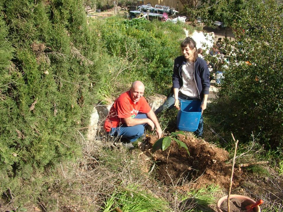 Sabina y Jerome plantando un arbol - Sabina et Jérôme plantant un arbre