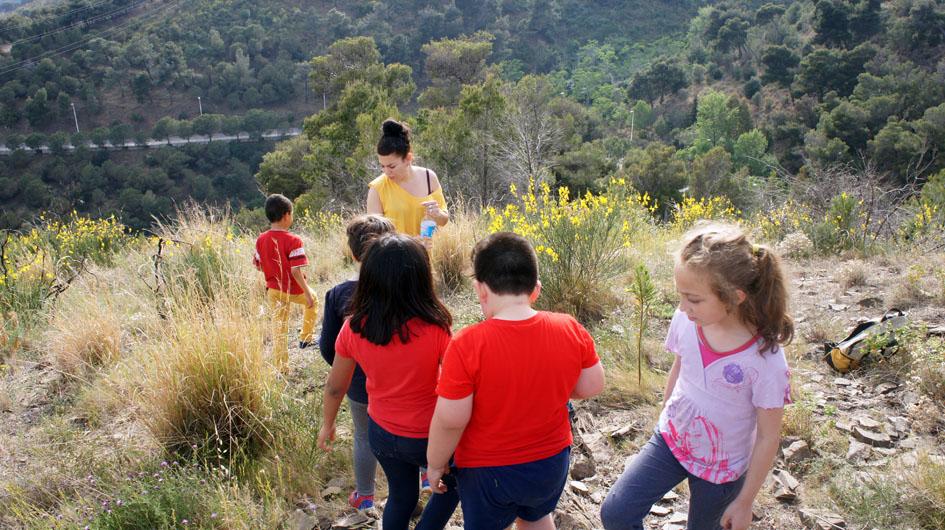 luego nos vamos por el camino empinado, después de una charla rica con los niños - puis nous redescendons le chemin escarpé, après un échange riche avec les enfants