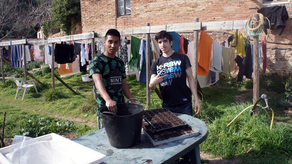 los 2 adolescentes llenaron los contenedores de tierra y plantan las primeras semillas - les 2 adolescents qui ont rempli les bacs de terre et planté les premières graines.