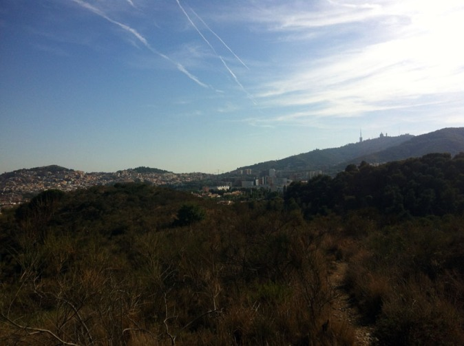el suplente colinas con valles, uno de ellos en casa Can Masdeu del Tibidabo en el horizonte es también parte del parque - les collines succèdent aux vallées, l'une d'elles abritent Can masdeu, le tibidabo à l'horizon fait aussi partie du parc.